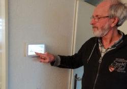 Jos Kooijman heeft veel plezier van zijn intelligente thermostaat 'Toon', die inzicht geeft in zijn energieverbruik